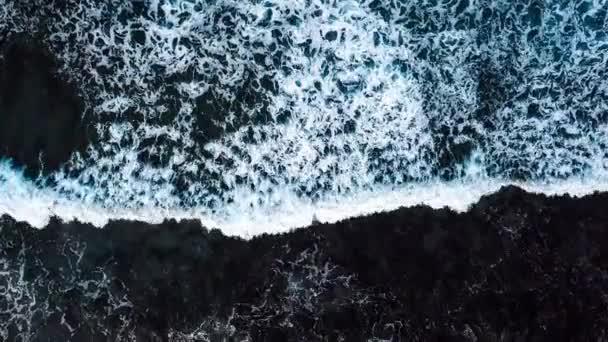 pohled shora vodní plochy se mořské vlny ve dne