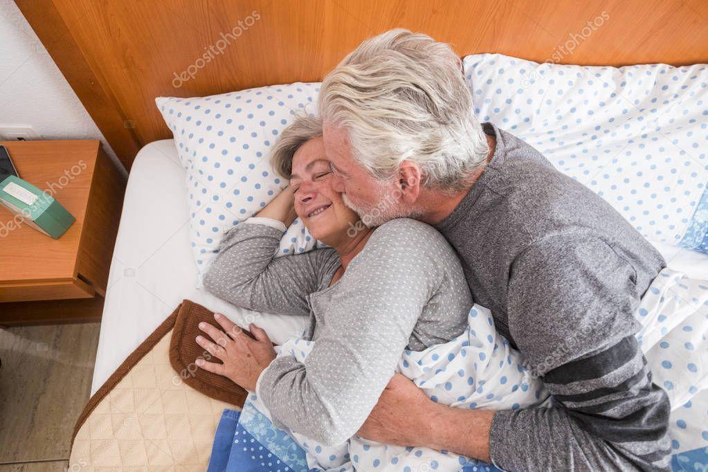 старики целуются и обнимаются в постели - 3