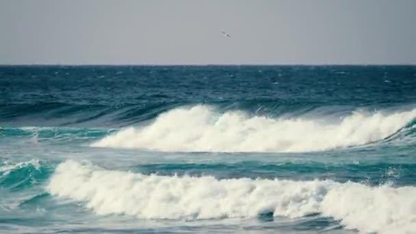 pohled na nebezpečné silné velké vlny stříkající poblíž pobřeží