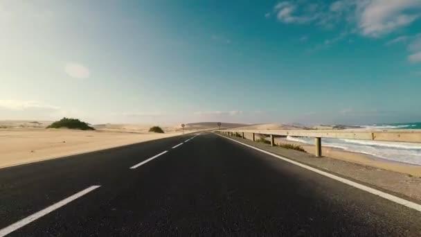 jízda autem po prázdné silnici po moři, koncepce cestování