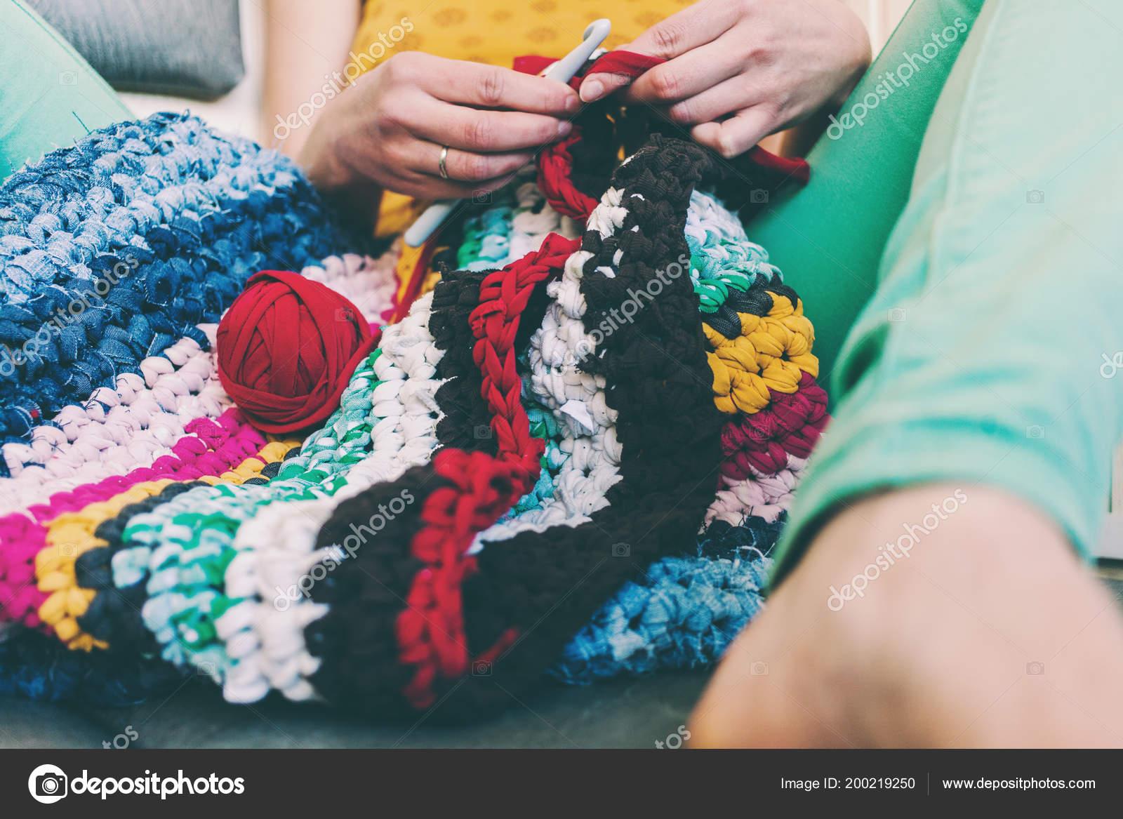 женщина вязание крючком толстой пряжи пряжа старой одежды ковер