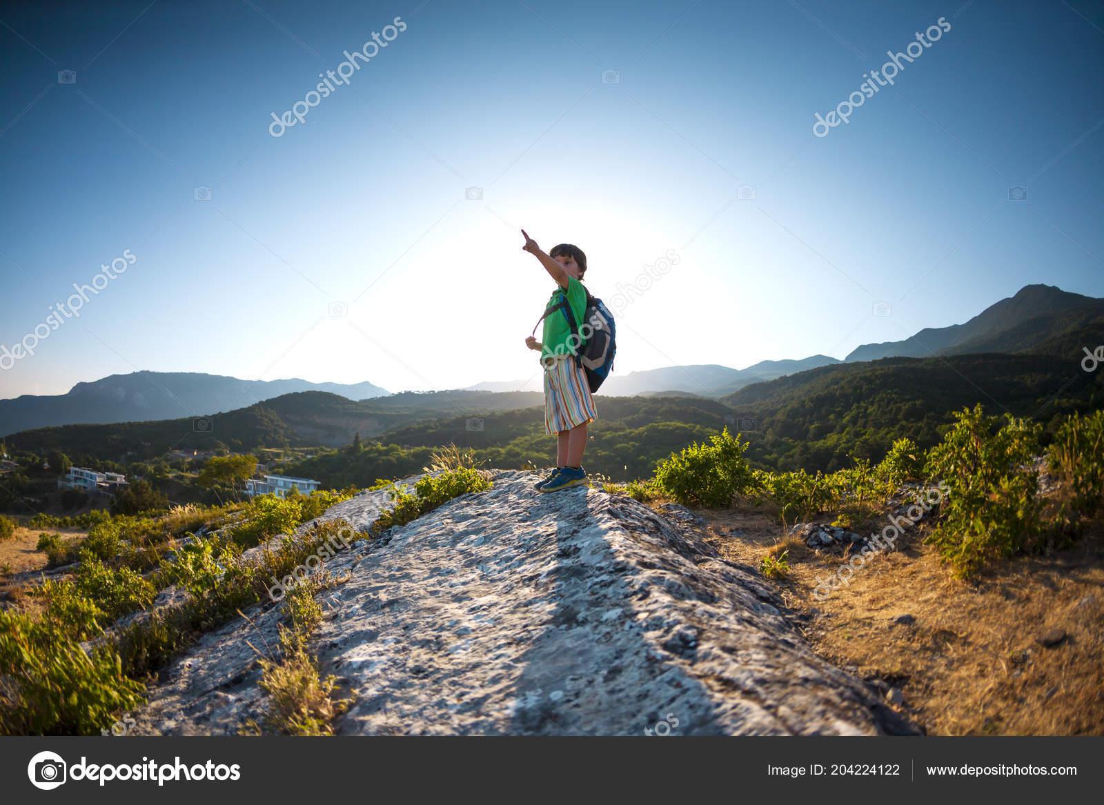 Garçon Sommet Une Montagne Enfant Avec Sac Dos Est