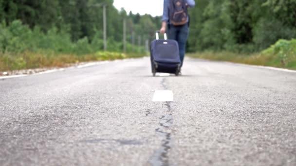 Frau mit Radtasche und Rucksack auf Landstraße davongelaufen