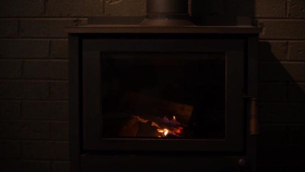 Konvekční krb s hořícím dřevem.
