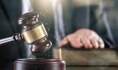 Fotografie kladívka rozhodčí s právníkem