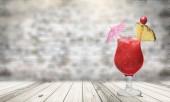 Fotografia Bicchiere di cocktail rosso isolato su priorità bassa