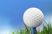 golfový míček na odpaliště na zelené trávě