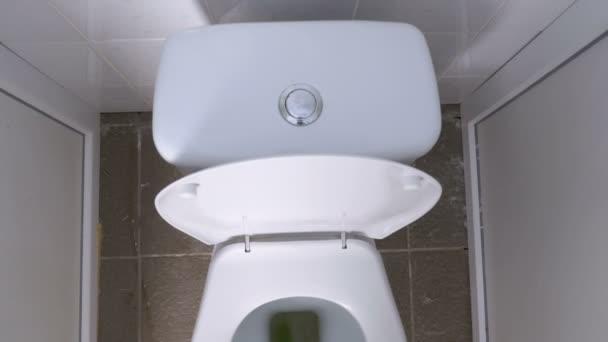 Pohled shora na veřejných WC bílá