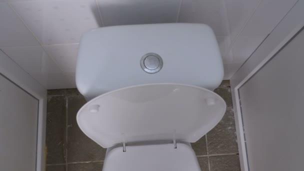 Felülnézet nyilvános fehér WC.