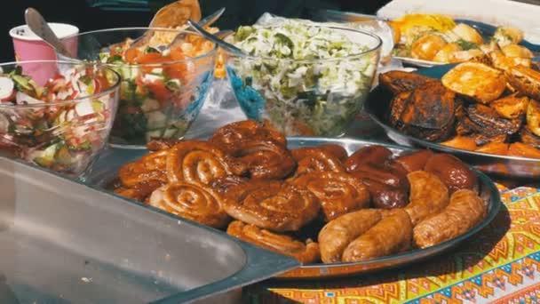 Čerstvé grilované potraviny lež na pultě Street Market