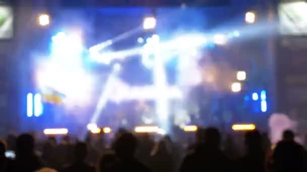 Rozmazané koncert dav na hudebním festivalu. Dav lidí taneční rockový koncert