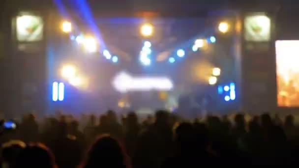 Homályos koncert tömeg zenei fesztiválon. Tömeg az emberek táncoló Rock koncert