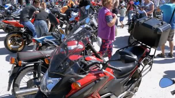 Ride motocykly na Festival. Mnoho motocyklů jezdit na kole festivalu.