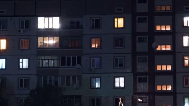 Několikapatrová budova s proměnlivým oknem osvětlení v noci. Časová prodleva.