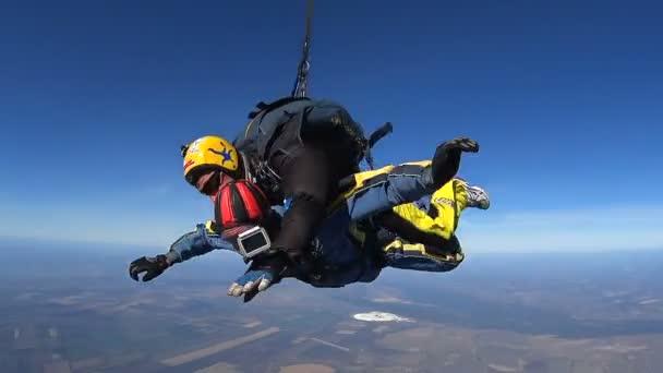 Tandemspringen. Tandemsprung. Fallschirmspringer im langen freien Fall