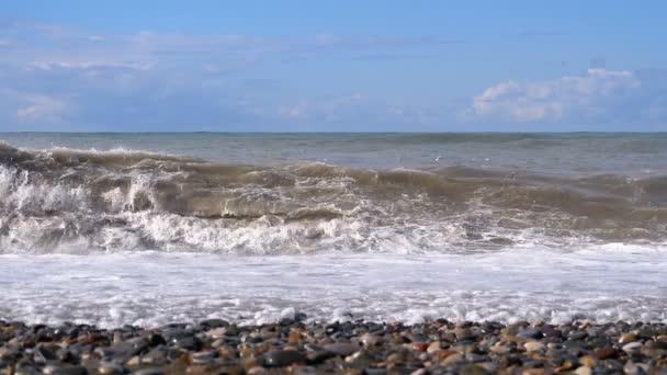 Vihar a tengeren. Hatalmas hullámok a összetörő és a permetezők, a strandon. Lassú mozgás