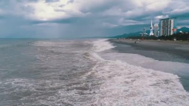 Sturm auf dem Meer. riesige Wellen krachen und sprühen auf das Ufer. batumi, georgien