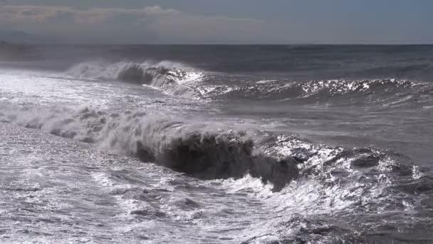 Bouře na moři. Obrovské vlny jsou stříkací na břehu a selhání aplikace. Zpomalený pohyb