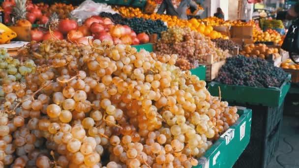 Vitrína s výstavou s hrozny a jiné ovoce na trhu ulici