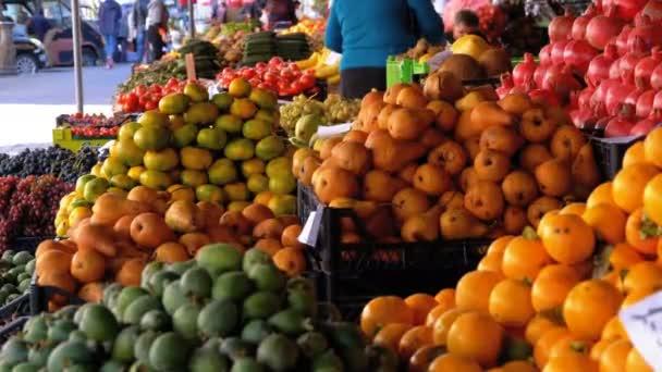 Vitrína s hrušky, tomel, jablka, granátová jablka a jiné ovoce na tržišti