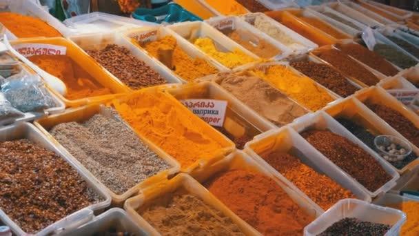 Vitrine mit farbenfrohen orientalischen Gewürzen und Gewürzen auf dem Wochenmarkt