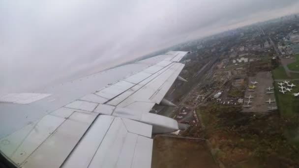 Kilátás az ablakból a szárnya egy utasszállító repülőgép felszállás