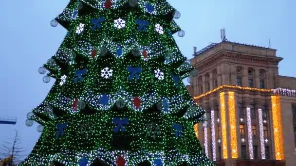 Vánoční strom na hlavním náměstí ve městě večer