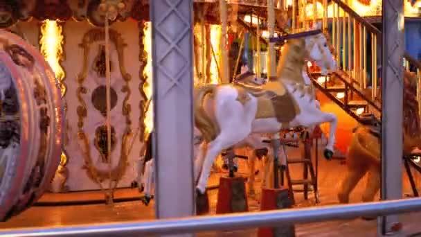 Francouzský kolotoč s koňmi se otáčí v zimní večer