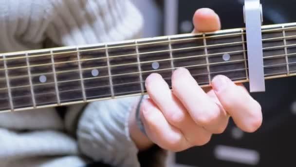 Guy hudebník hraje akustická kytara