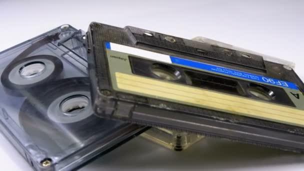 Tři Vintage Audio kazety se otočí na bílém pozadí