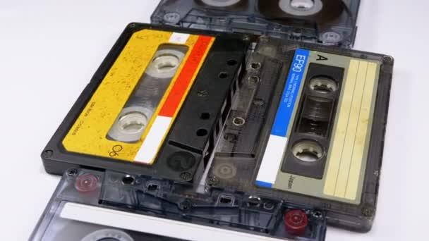 Négy Audio kazetták forgatni a fehér háttér