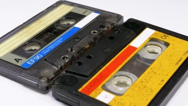 Dvě Vintage Audio kazety se otočí na bílém pozadí