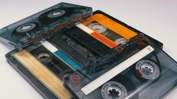 Čtyři Audio kazety otáčet na bílém pozadí