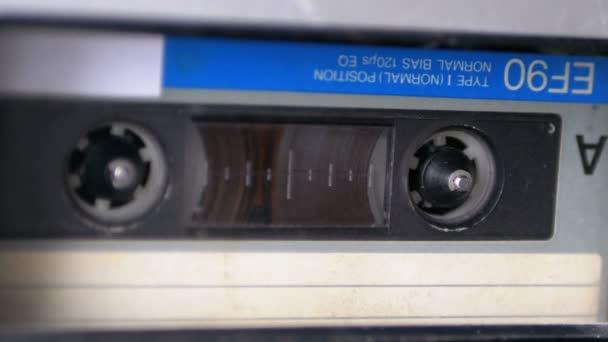 Zvukové pásky. Vintage kazetový magnetofon hraje Audio kazeta vložen v něm