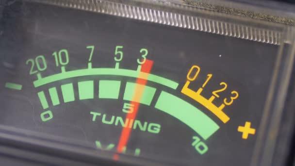 Analóg jel mutató nyíllal. Az audió jelet a decibel mérő.