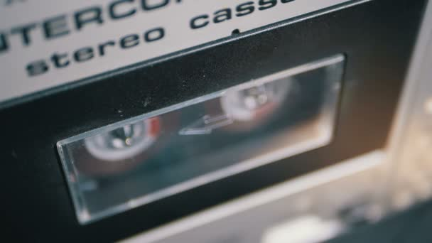 Otevřete balíček s kazetou ve zvukovém přehrávači. Zpomaleně
