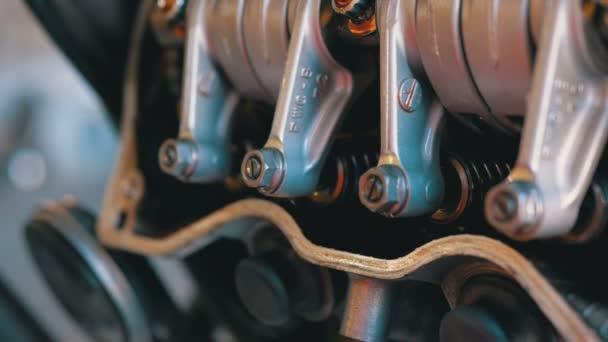Mechanismy ventilů a ventilů v motorovém motoru. Motorkářový motor.