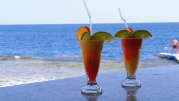 exotischer frischer Cocktail auf der Theke vor dem Hintergrund des Roten Meeres