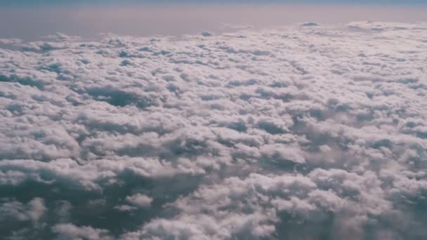 Pohled na oblé mraky z okna roviny