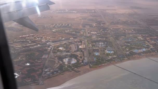 Vista dalla finestra dellaereo sul Tropical Resort con hotel e piscine esotiche nel deserto dEgitto