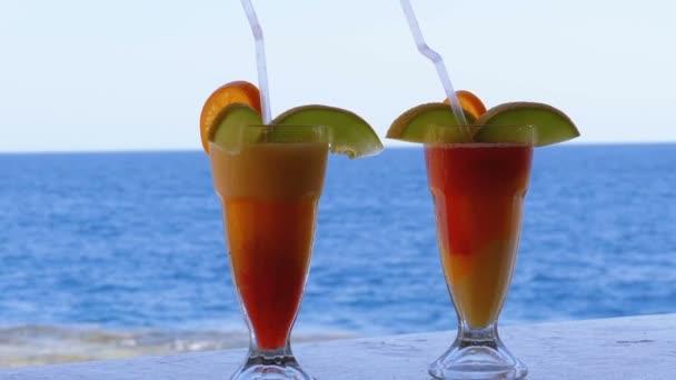 exotische Cocktails auf der Theke vor dem Hintergrund des Roten Meeres