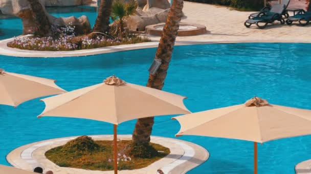 Sonnenschirme am Pool mit blauem Wasser im Hotel von Ägypten