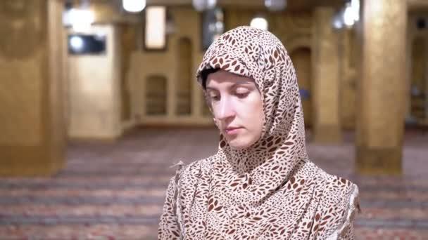 Jeptiška v róbu stojí uvnitř islámské mešity. Egypt