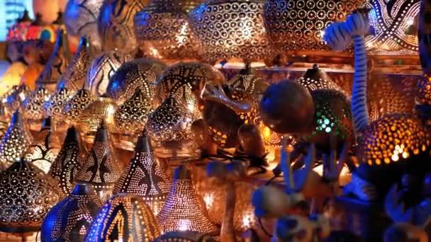 Tradiční barevné ručně vyráběné asijské lucerny z barevného skla na trhu