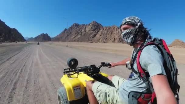 Člověk jede na čtyřkole v Egyptě a střílí se na akční fotoaparát