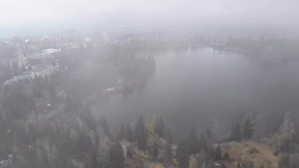 Letecký pohled na Strbske Pleso, Slovensko. Horské jezero v oblacích a zasněžených Tatras