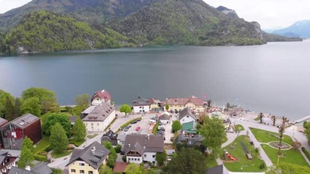 Letecký pohled na horské jezero Wolfgangsee s domy města letoviska v Rakousku, Alpách