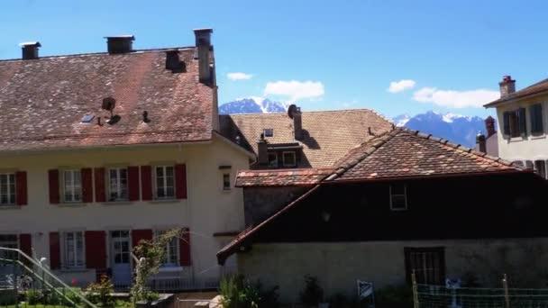 Ablak kilátás mozgó hegyi vonat a svájci házak és Alpok Montreux-ben. Svájc