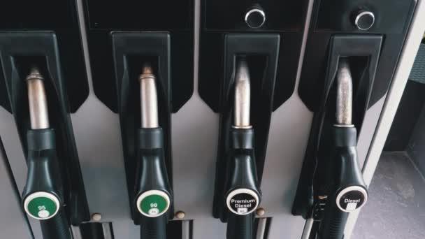 Verschiedene Benzin-Waffe an einer Tankstelle. Gas-Kraftstoff-Pumpe-Düse.