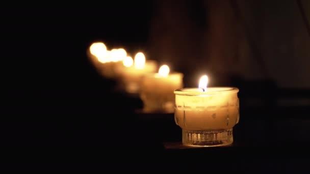 Hořící svíčky v katedrále. Pálení pamětních svíček v katolické církvi. Salzburg. Rakousko.
